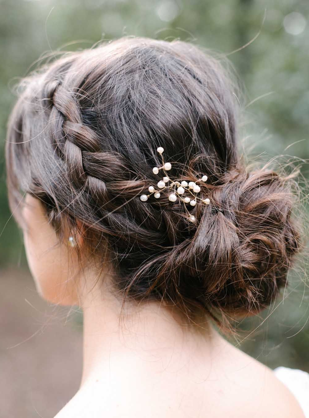 Coiffures Et Throughout Widely Used Sleek Bridal Hairstyles With Floral Barrette (View 10 of 20)