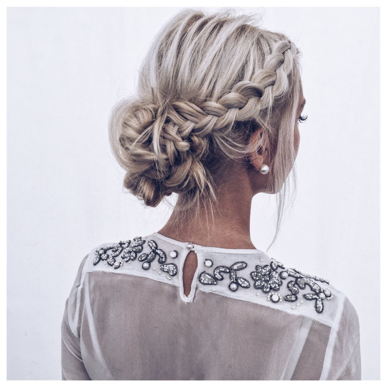 Popular Low Pearled Prom Updos Pertaining To Hair Style : Coiffure Chignon , Blonde , Tresses, Mariage, Perles (Gallery 13 of 20)