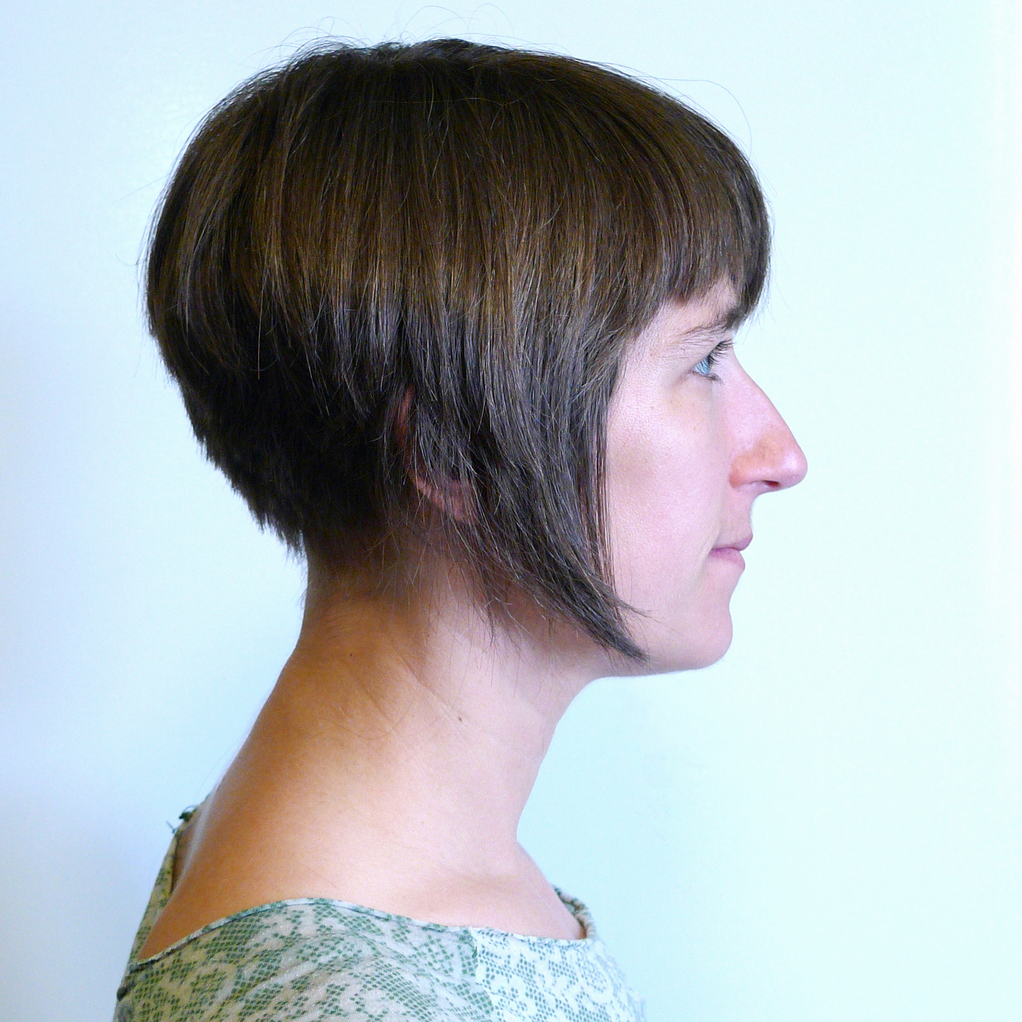 File:inverted Bob Haircut – Wikimedia Commons Regarding Well Known Horizontally Oriented Bangs Bob Haircuts (View 6 of 20)