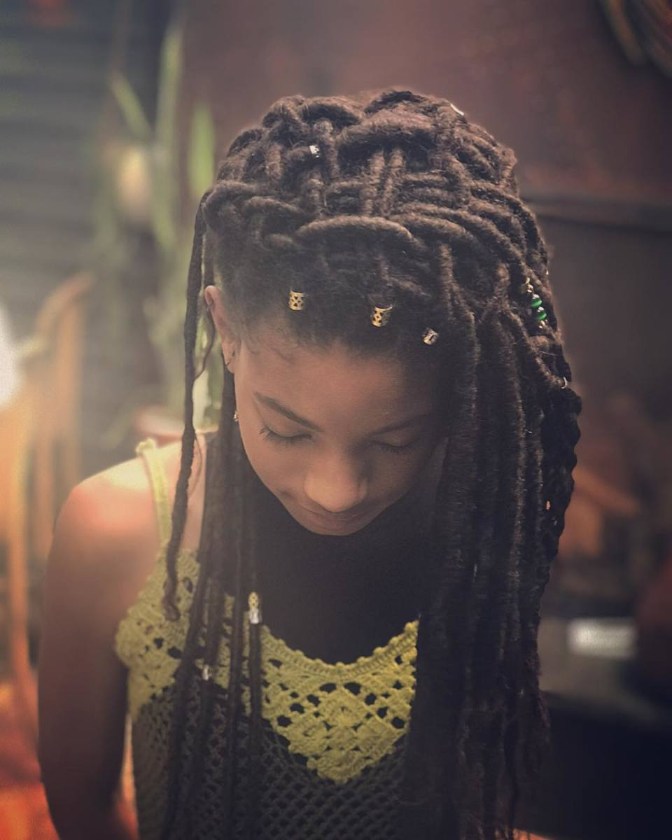 Most Current Tightly Coiled Gray Dreads Bun Hairstyles Intended For Cultura En Las Trenzas Negras – Nodal Cultura (View 12 of 20)