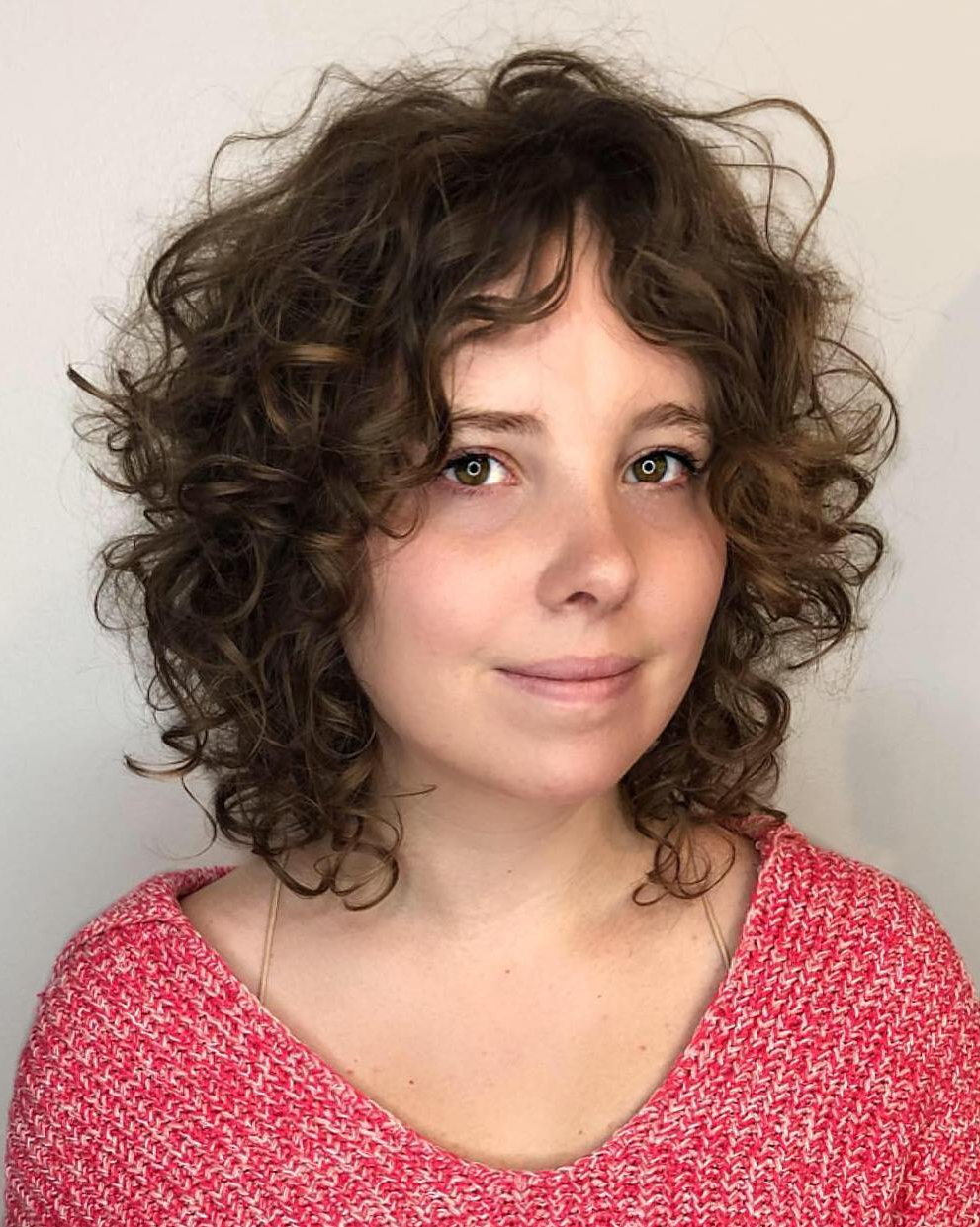 40 Incredibly Cool Curly Hairstyles For Women To Embrace In 2019 Within Latest Soft Highlighted Curls Hairstyles With Side Part (View 5 of 20)