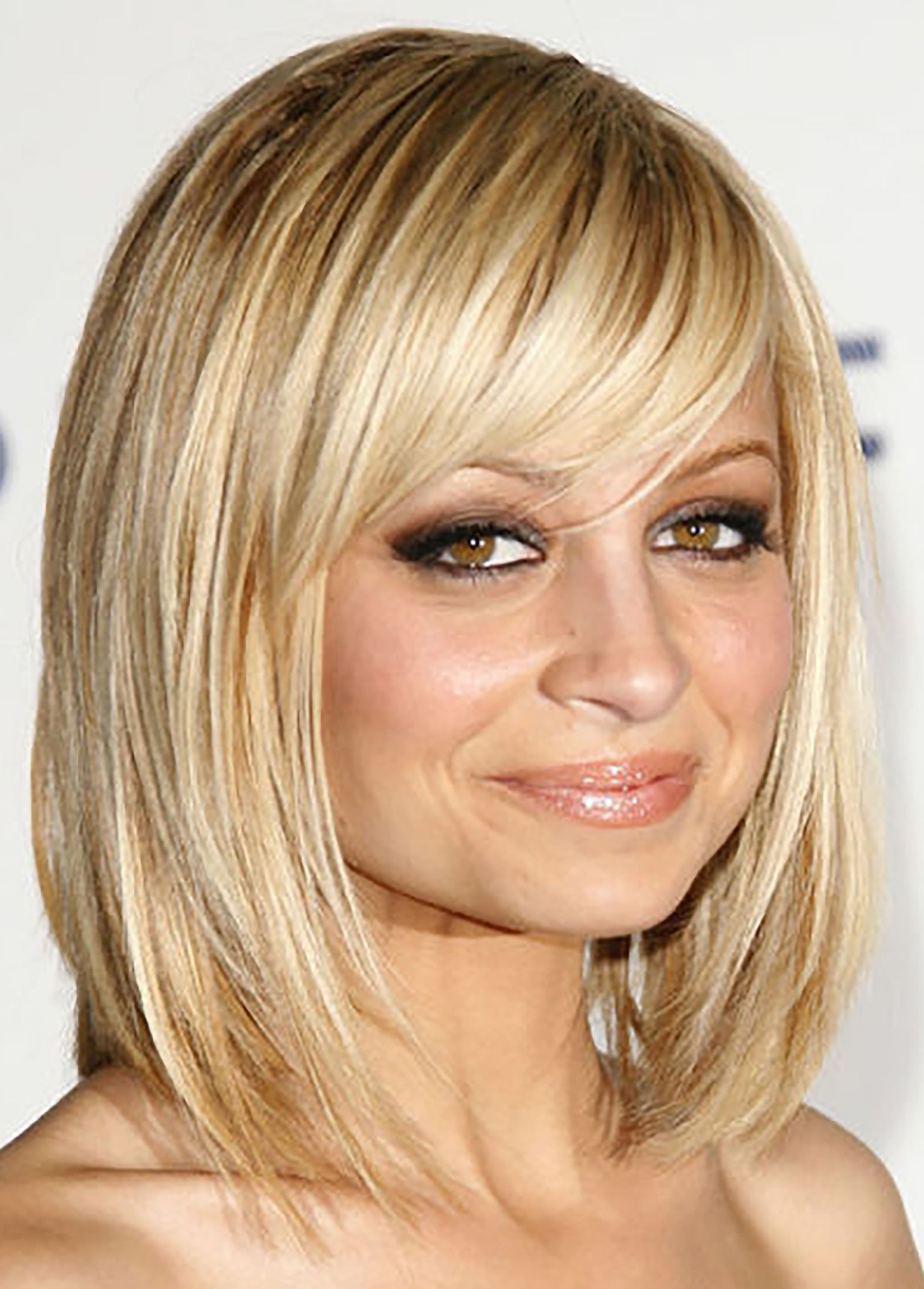 Current Chin Length Bob Hairstyles With Middle Part Regarding 45 Cute Short Haircuts For Women 2019 – Short Celebrity (View 11 of 20)