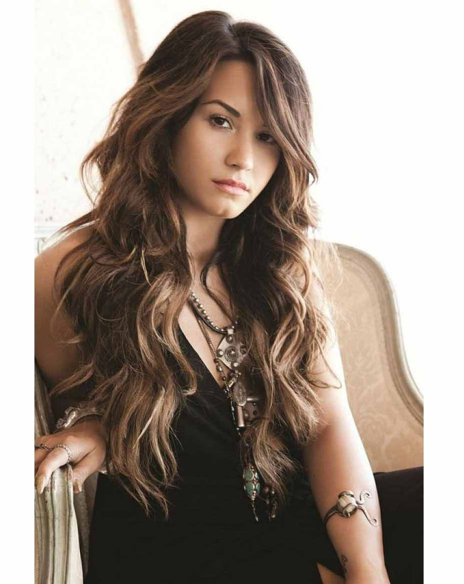 Natural Wavy Hair Intended For Well Liked Loose Flowy Curls Hairstyles With Long Side Bangs (View 2 of 20)