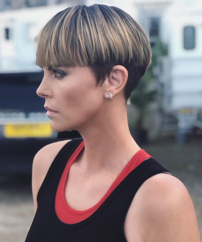 16 Modern Mushroom Haircut Ideas (2020 Update) Within Trendy Forward Swept Straight Shag Haircuts (View 17 of 20)