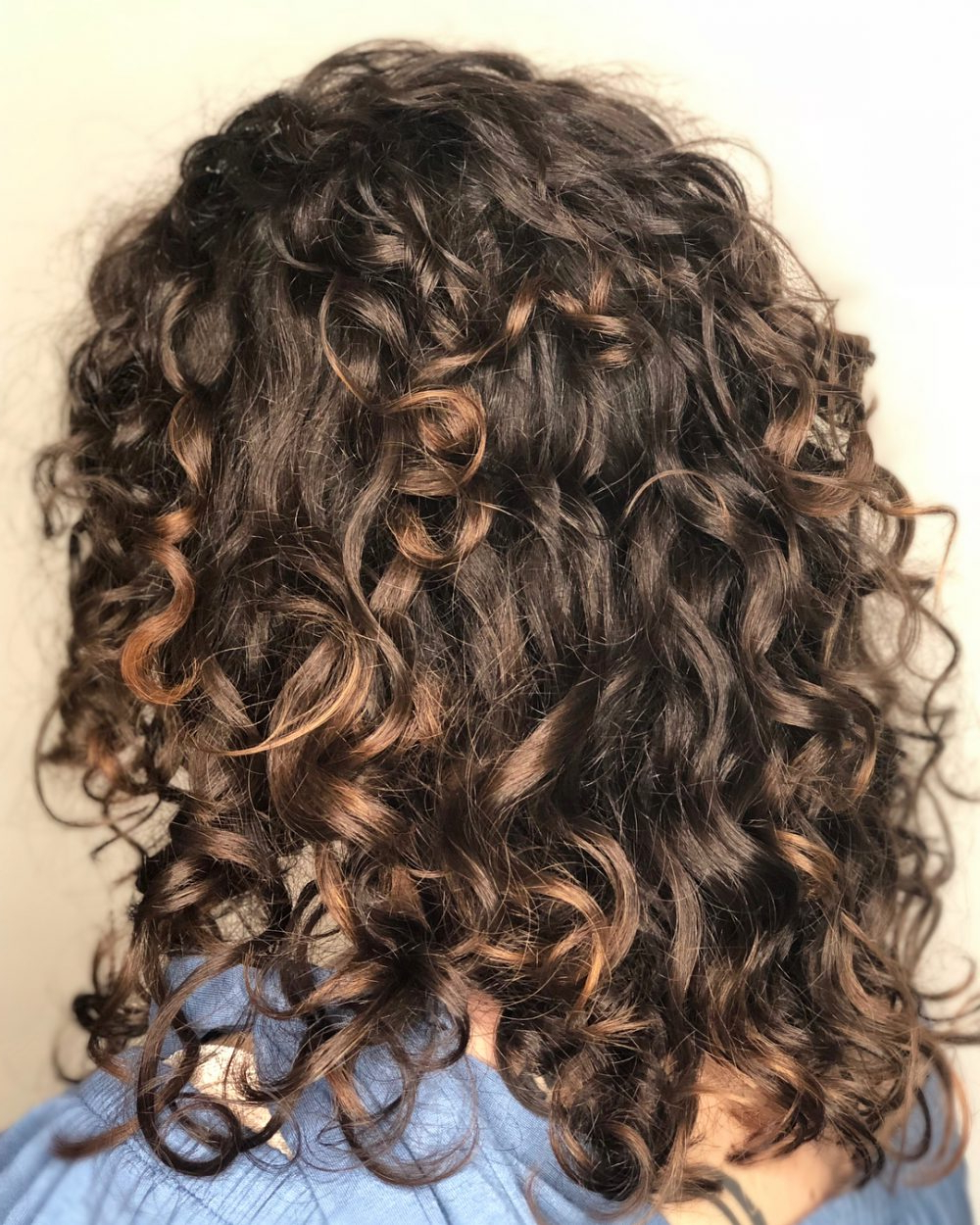 26 Best Shoulder Length Curly Hair Cuts & Styles In 2021 Within 2018 Medium Length Curls Hairstyles With Caramel Highlights (View 15 of 20)