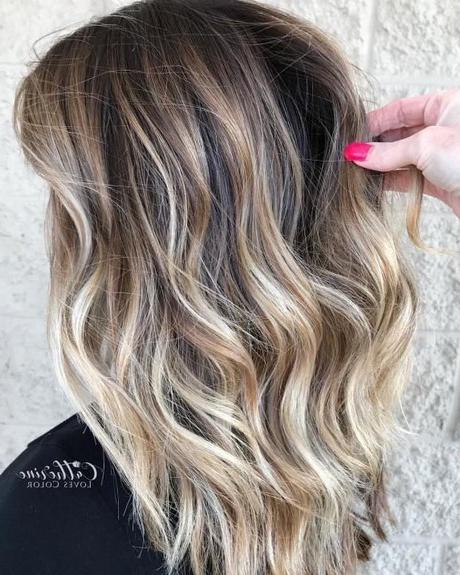 Nieuwe Haar Kleuren 2020 For Half Bob Half Pixie Hairstyles With Cool Blonde Balayage (View 15 of 20)